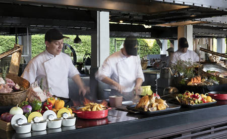 Anantara_Riverside_Bangkok_Resort_Riverside_Terrace_Restaurant