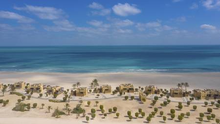 Anantara_Sir_Bani_Yas_Island_Al_Yamm_Villa_Resort_Exterior_View_Beach_Villas_with_Beach_and_Ocean_Aerial 1920*1080