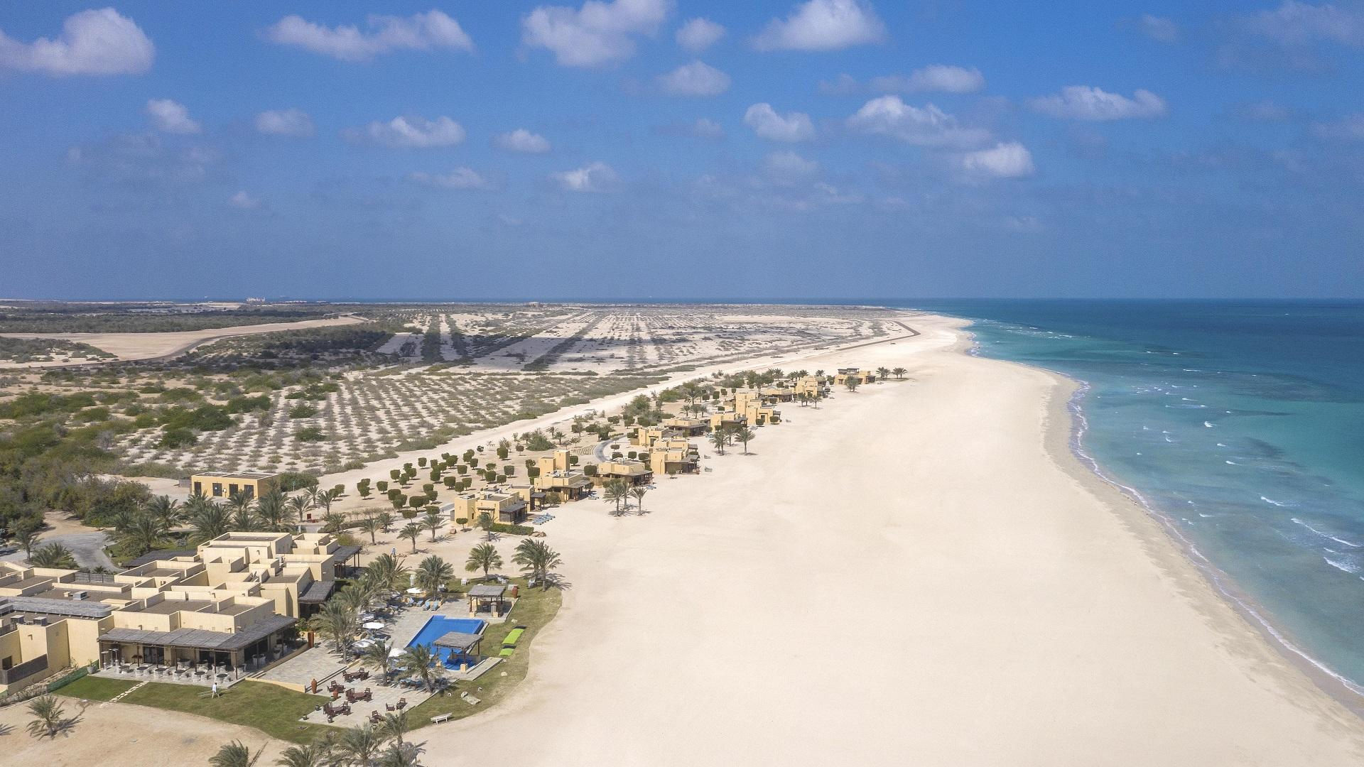 Anantara_Sir_Bani_Yas_Island_Al_Yamm_Villa_Resort_Exterior_View_Beach_Villas_with_Ocean_Beach_and_Island