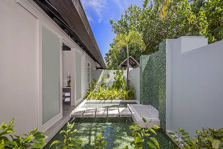 Naladhu_Private_Island_Ocean_House_Outdoor_Shower_549x366