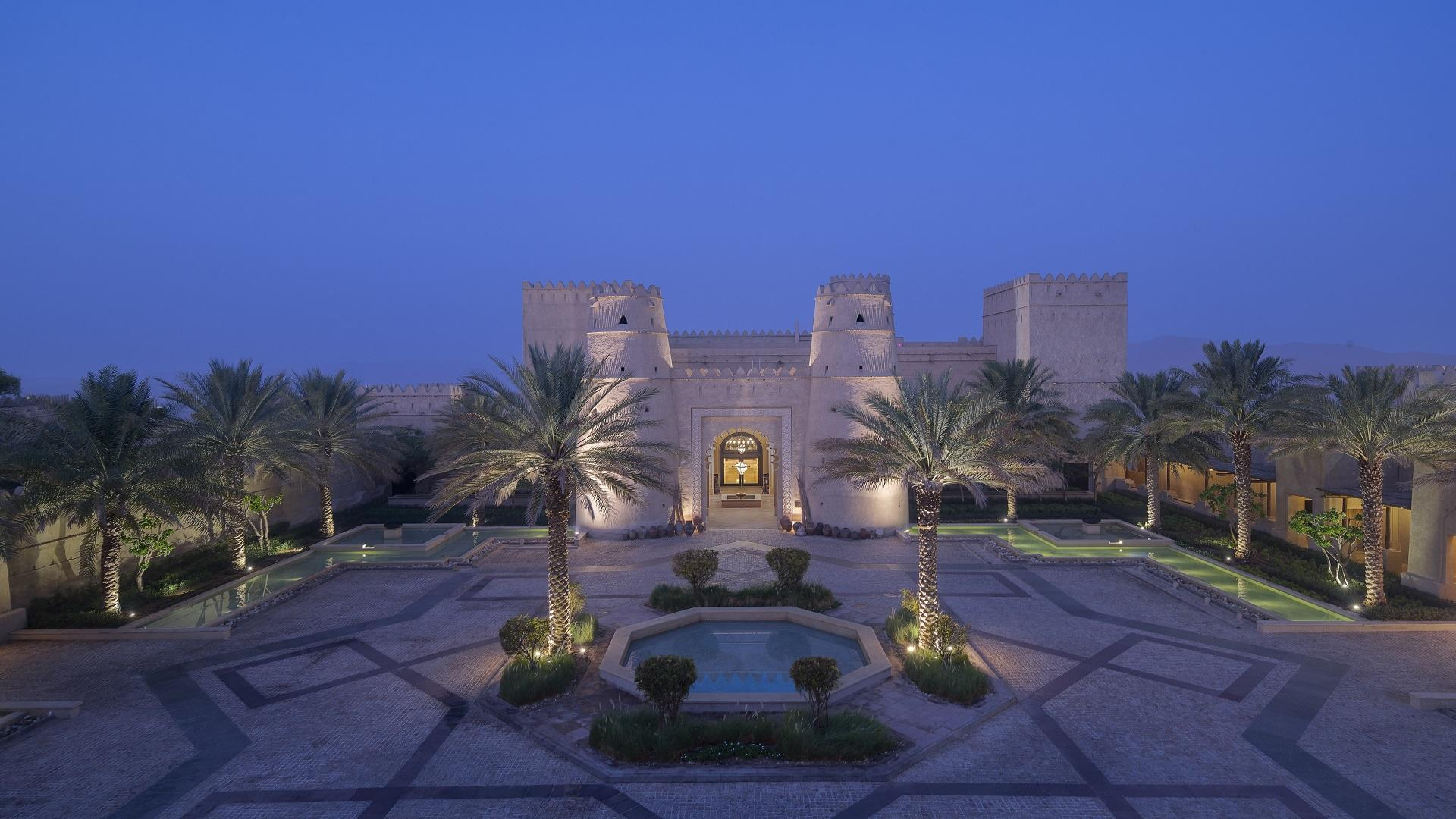 Qasr_Al_Sarab_Desert_ 度假村 比 安纳塔拉 _Exterior_View_Courtyard_Entrance_Twilight