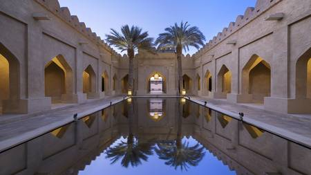 Qasr_Al_Sarab_Desert_ 度假村 比 安纳塔拉 _Exterior_View_Royal_Pavillion_Pool_Courtyard
