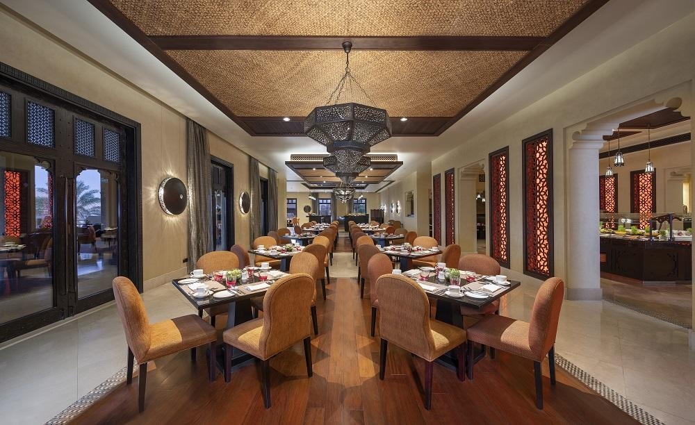 Qasr_Al_Sarab_Desert_ 度假村 比 安纳塔拉 _Restaurant_Al_Waha_interior_Dining_Area