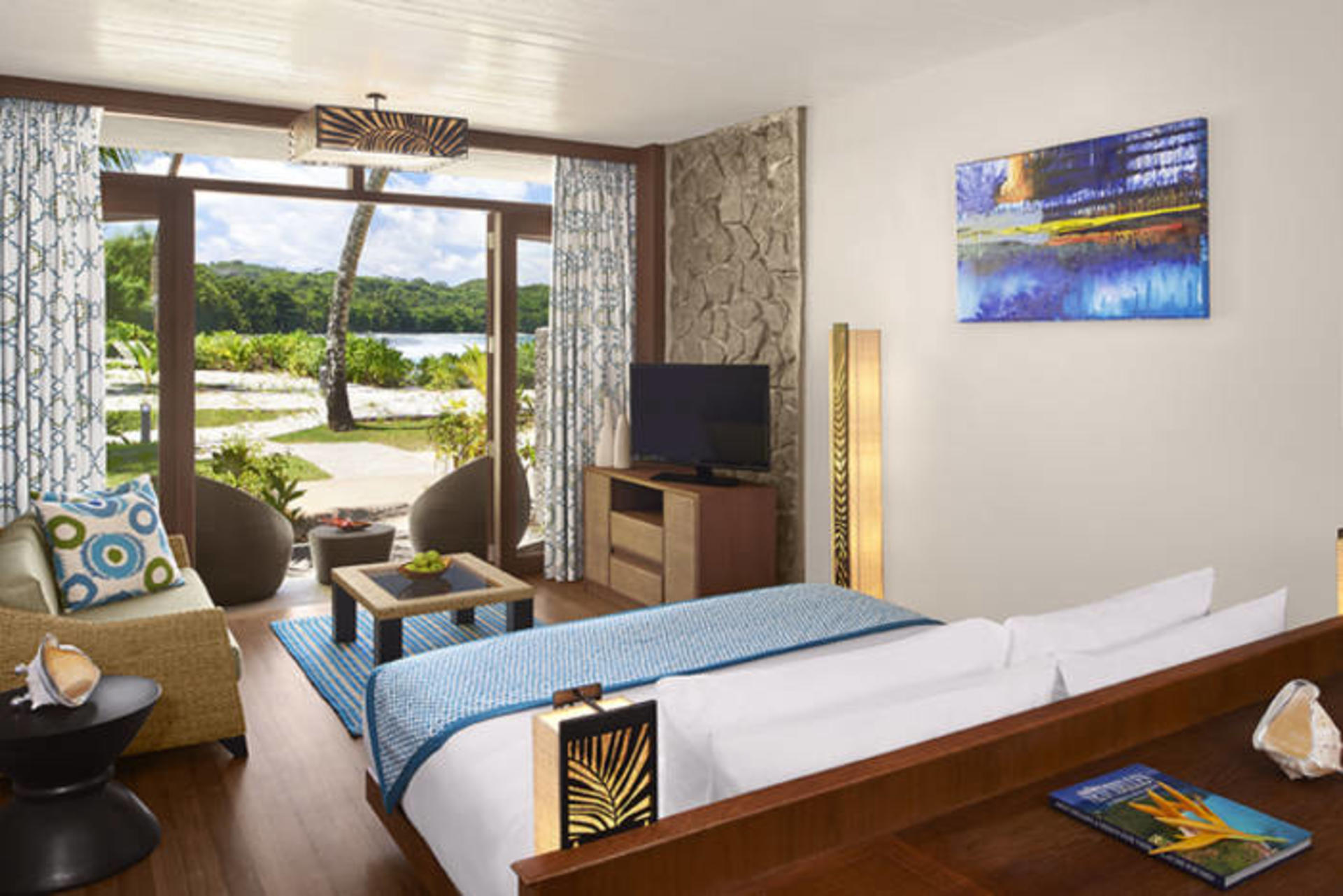 AVANI-BEACH-FRONT-ROOM-KING-BED
