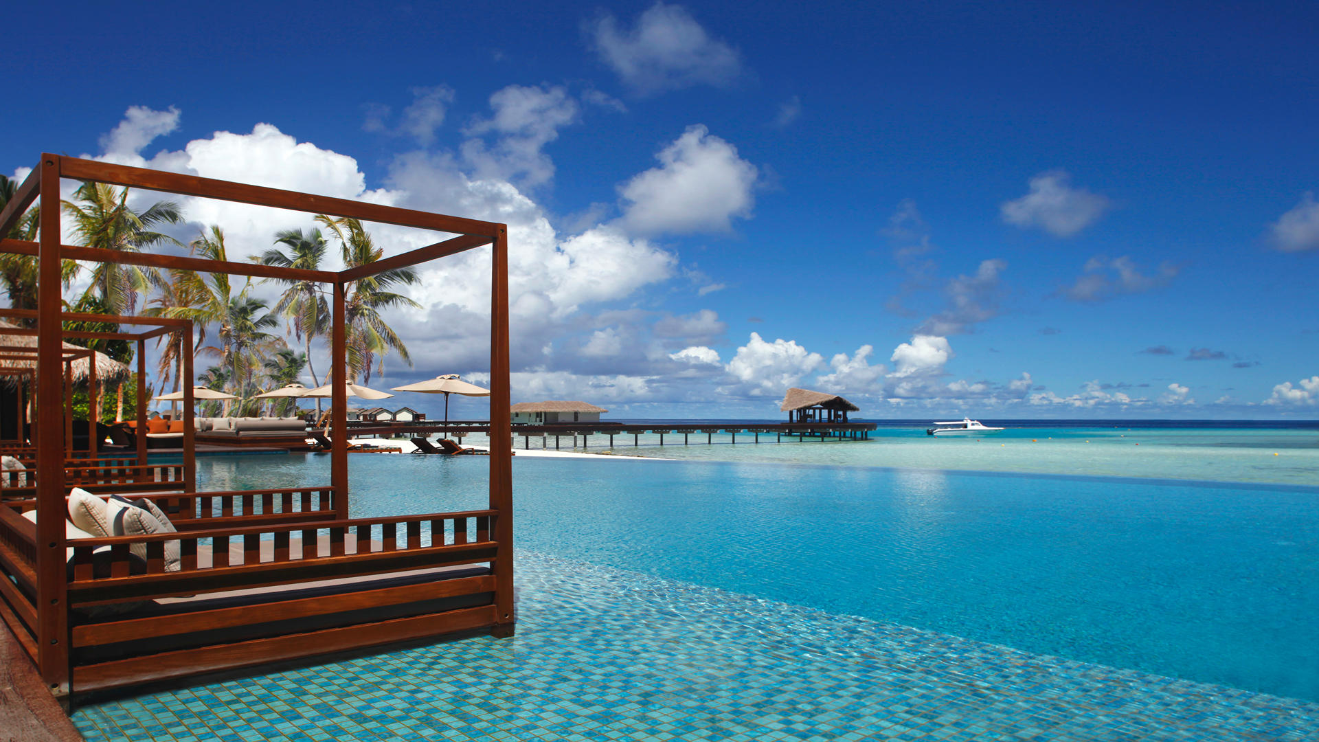 Cenizaro_ResidencesMaldives_Swiming-Pool-Overlooking-Ocean