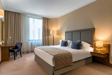 Deluxe Suite Court View Bed