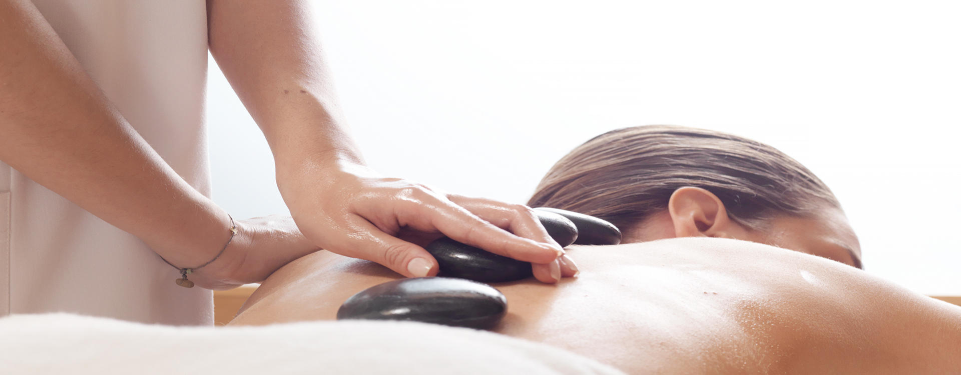 DI_Larissa_Hotel_Relaxing_Hot_Stone_Massage