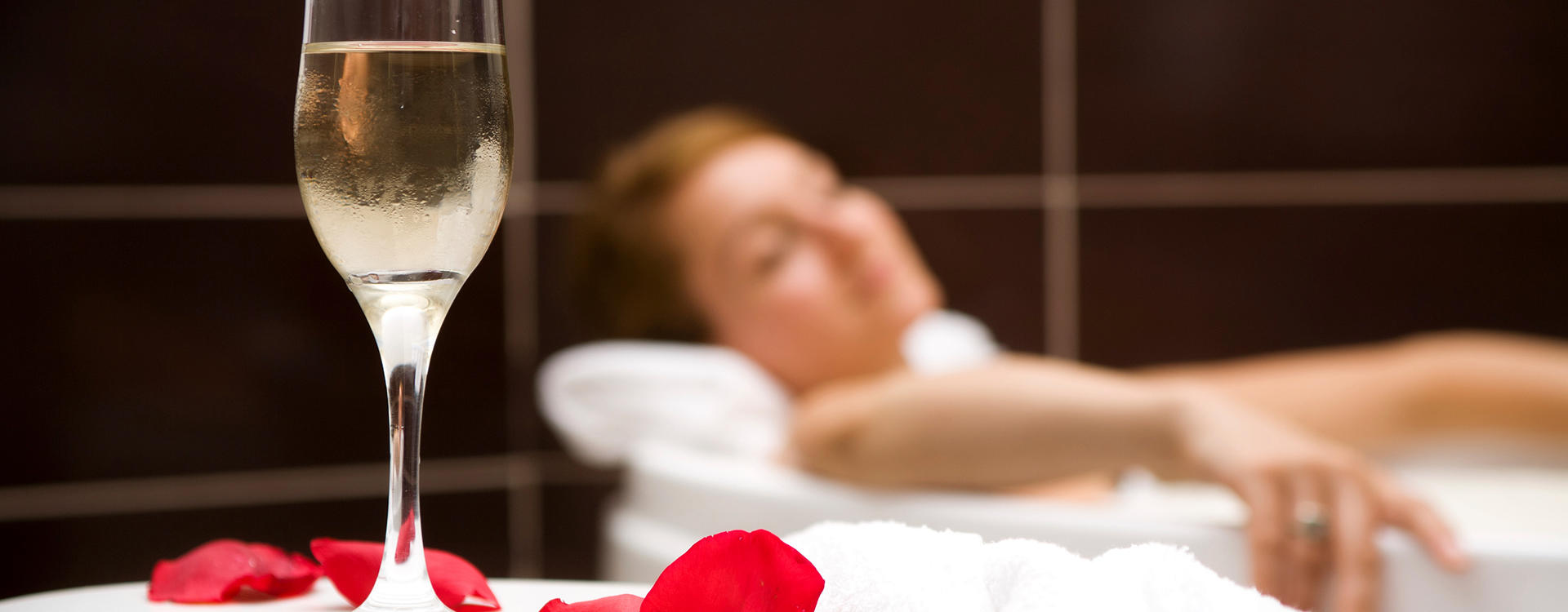 EL-Manor_Bubble-Bath-With-Sparkling-Wine