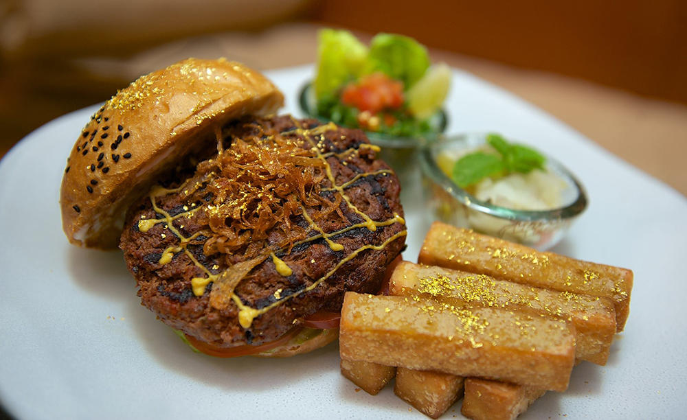 2_KI_Emirates-Palace_Le-Cafe-Camel-Burger