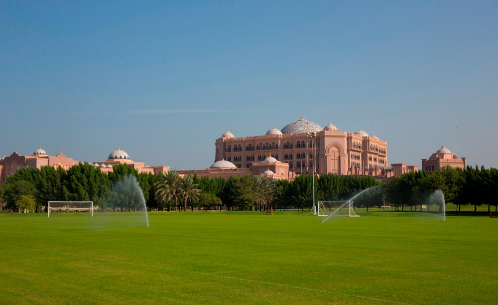 3_KI_Emirates-Palace_Football-Platz