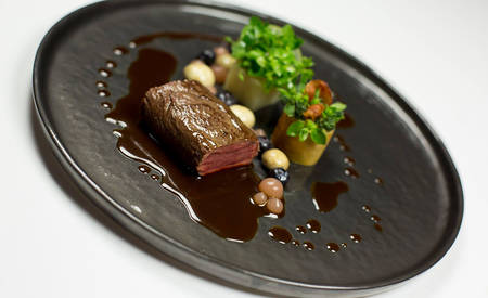 5_KI_Hotel-Adlon_Lorenz-Adlon-Esszimmer-Saddle-of-venison,-bush-beans-and-dried-beans