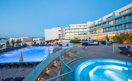 2_Kempinski — — — — Adriatic_Pool — — 酒吧