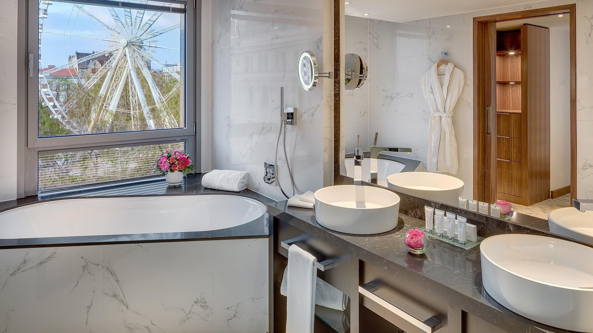 Bathroom Executive Suite | Kempinski Hotel Corvinus Budapest