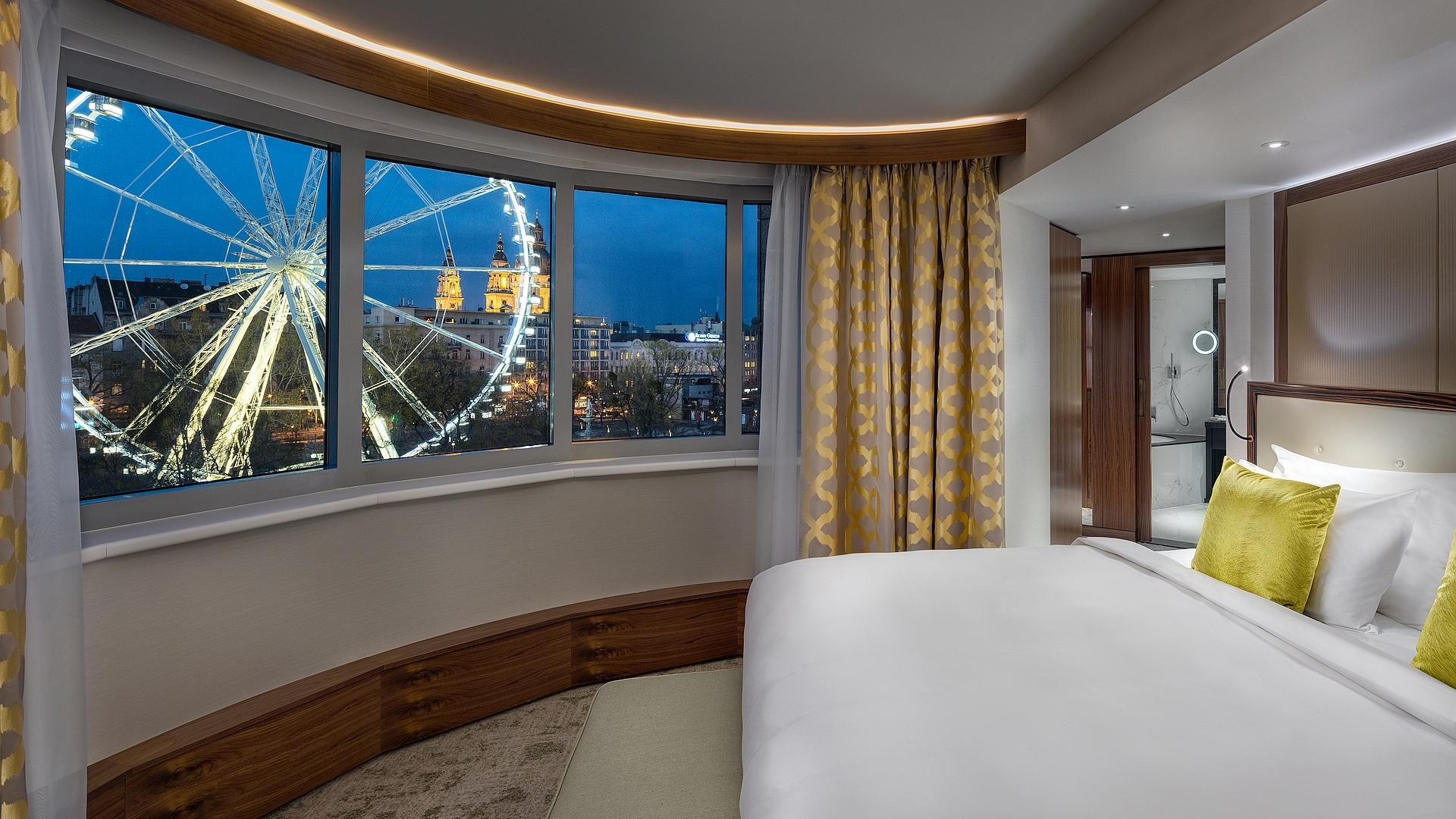 Executive Suite Bedroom by night | Kempinski Hotel Budapest