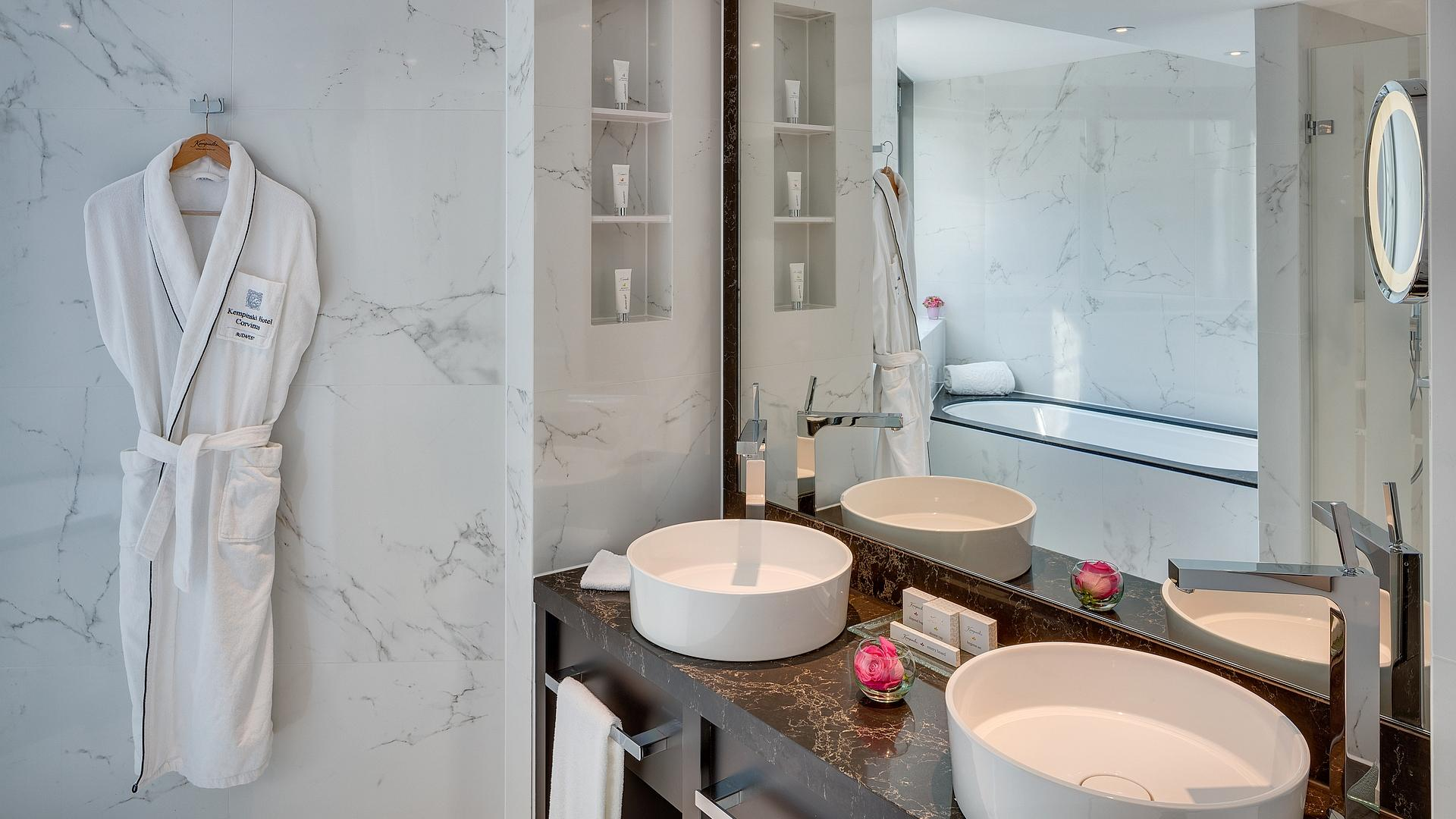 Premium Junior Suite - Bathroom | Kempinski Corvinus Hotel Budapest