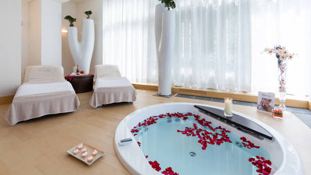 Local experience: Whirlpool and sparkling for two at hotel Kempinski Palace Portoroz