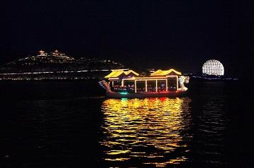 Reisen mit traditionelles Boot Yanqi See