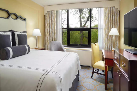 Omni_Shoreham_Accessible_Traditional_Room_With_Roll-In_Shower_1_King_Bed
