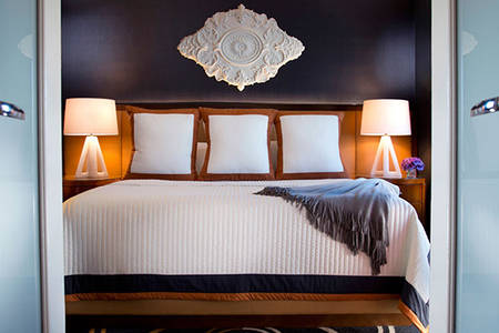 Omni_Chicago_barrierefreie_Deluxe_Suite_Queensize_Bett