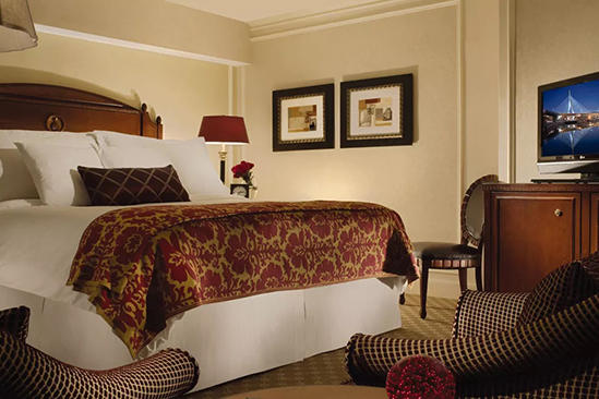 Omni_Parker_Classic_Accessible_Deluxe_Room_1_Queen_Bed