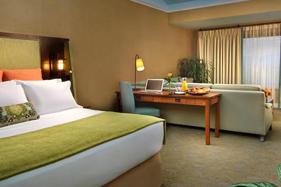 The_Omni_Grove_Premium_Club_Room_1_King_Bed