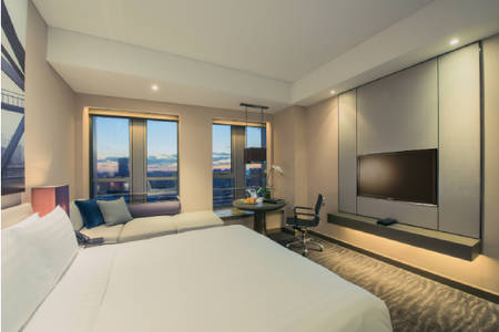 PPTSN_Room_Club Etage mit Kingsize-Bett Cityview