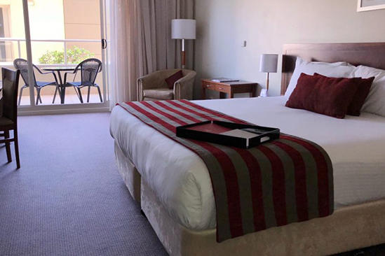 Rydges Port Macquarie_Standard Kingsize-Bett Balkon