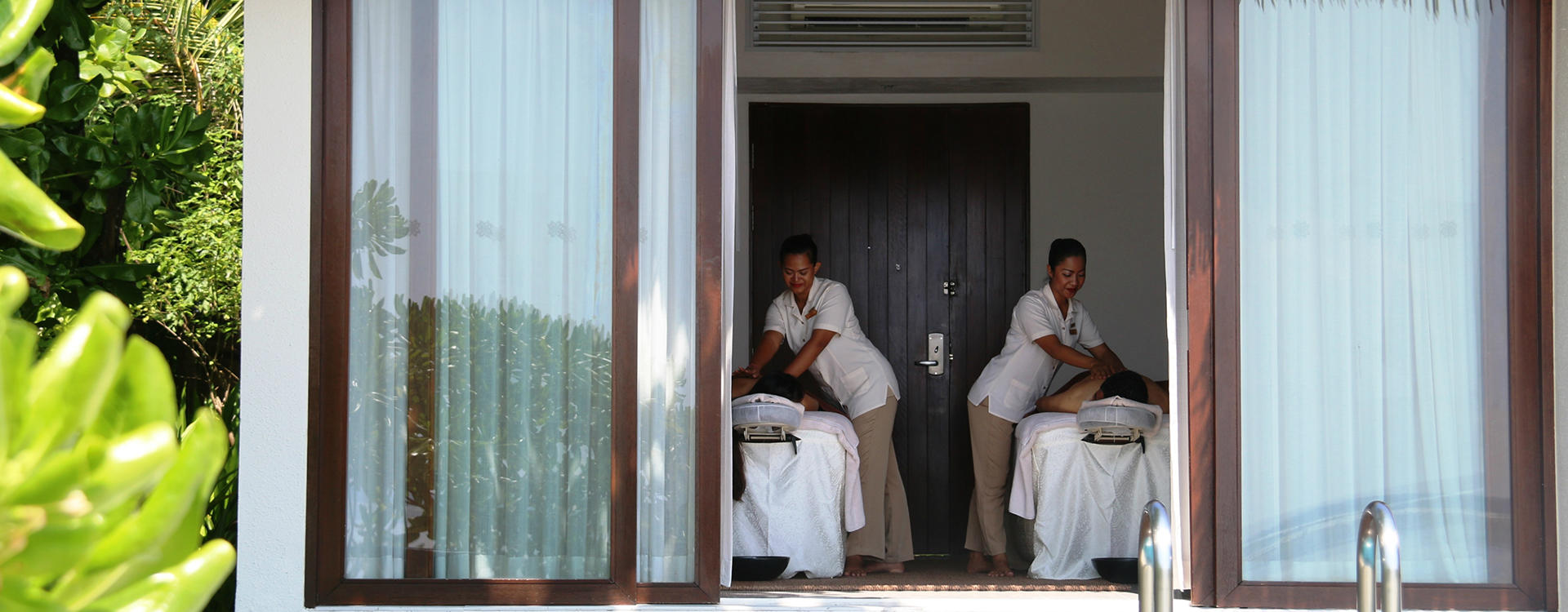 CE-The-Residence-Maldives_In- villa -Zimmer-Paar-Massage